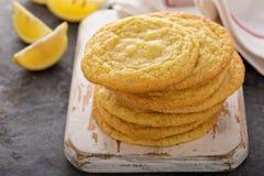 Biscuits de citron avec les puces de chocolat blanches images libres de droits