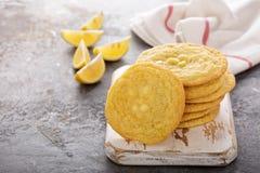 Biscuits de citron avec les puces de chocolat blanches image libre de droits