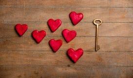 Biscuits de clé en métal et de forme de coeur Images stock