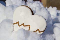 Biscuits de coeur dans la neige Photographie stock