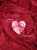 Biscuits de coeur dans le tissu de coeur Photo stock