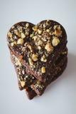 Biscuits de coeur de chocolat avec les noisettes écrasées Photographie stock libre de droits