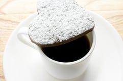 Biscuits de coeur de chocolat en sucre en poudre Photographie stock
