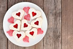 Biscuits de coeur de jour de valentines avec la confiture et les sucreries au-dessus du bois image libre de droits