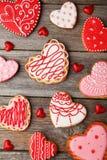 Biscuits de coeur sur le fond en bois gris Image stock
