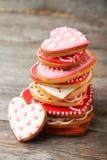 Biscuits de coeur sur un fond en bois gris Photographie stock