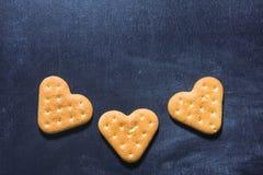 Biscuits de coeur sur un fond foncé Biscuits d'amour Coeur dans le bakin Image libre de droits