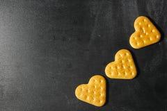 Biscuits de coeur sur un fond foncé Biscuits d'amour Coeur dans le bakin Images stock