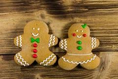 Biscuits de couples de pain d'épice de Noël sur la table en bois photos stock