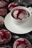 Biscuits 'de crincles rouges de velours' de chocolat en sucre en poudre Photographie stock libre de droits