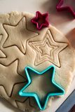 Biscuits de cuisson avec des formes - étoiles d'entaille découpages photo libre de droits