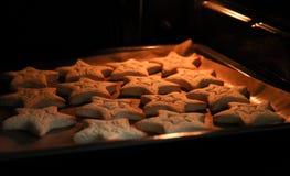 Biscuits de cuisson avec des formes - étoiles d'entaille découpages photos libres de droits