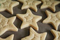 Biscuits de cuisson avec des formes - étoiles d'entaille découpages photographie stock