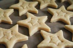 Biscuits de cuisson avec des formes - étoiles d'entaille découpages images stock