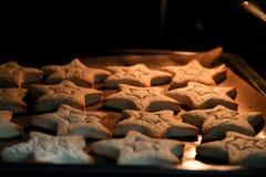 Biscuits de cuisson avec des formes - étoiles d'entaille découpages image libre de droits