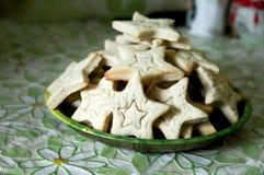 Biscuits de cuisson avec des formes - étoiles d'entaille découpages photos stock
