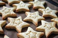 Biscuits de cuisson avec des formes - étoiles d'entaille découpages photo stock
