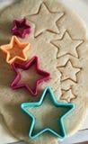 Biscuits de cuisson avec des formes - étoiles d'entaille découpages image stock