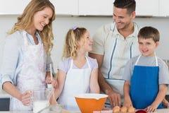 Biscuits de cuisson de famille ensemble dans la cuisine Photographie stock libre de droits