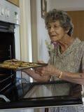 Biscuits de cuisson de femme Photo libre de droits