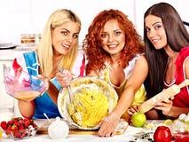 Biscuits de cuisson de fille dans le four Image libre de droits
