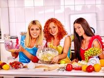 Biscuits de cuisson de fille dans le four Photos stock