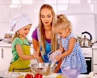 Biscuits de cuisson de mère et d'enfant Photos libres de droits
