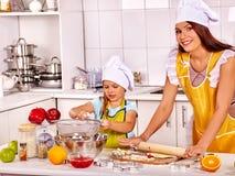 Biscuits de cuisson de mère et d'enfant Images libres de droits