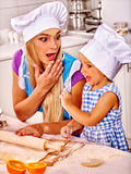 Biscuits de cuisson de mère et d'enfant Image libre de droits