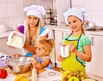Biscuits de cuisson de mère et de petit-enfant Image libre de droits