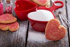 Biscuits de cuisson pour le jour de valentines Image stock
