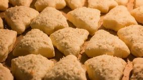 Biscuits de cuisson sous forme d'arbre de Noël clips vidéos