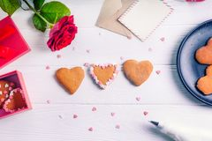 Biscuits de décoration faits maison dans la forme du coeur comme cadeau pour l'amant le jour du ` s de Valentine La table en bois Images libres de droits