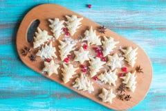 Biscuits de fête sous forme d'arbres et étoiles de Noël Photo stock