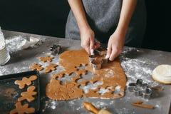 Biscuits de fabrication femelles de pain d'épice de Noël cuisine à la maison photographie stock libre de droits