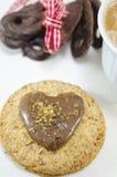 Biscuits de farine d'avoine avec de la crème et le chocolat sur le blanc images libres de droits