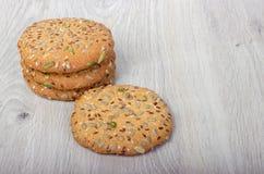 Biscuits de farine d'avoine avec des céréales photographie stock libre de droits