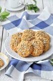 Biscuits de farine d'avoine avec des graines d'un plat Images libres de droits