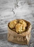 Biscuits de farine d'avoine avec des pommes dans un sac de papier Image libre de droits