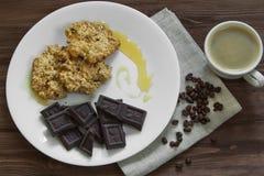 Biscuits de farine d'avoine avec du miel, chocolat Photo stock