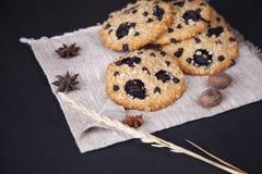 Biscuits de farine d'avoine avec les grains entiers Photo stock
