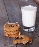 Biscuits de farine d'avoine avec les raisins secs et le verre de lait Image libre de droits