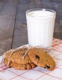 Biscuits de farine d'avoine avec les raisins secs et le verre de lait Images libres de droits