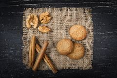 Biscuits de farine d'avoine, cannelle sur la toile de jute photo libre de droits