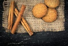 Biscuits de farine d'avoine, cannelle sur la toile de jute Image libre de droits