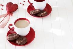Biscuits de farine d'avoine de chocolat et tasse de thé de lait Jour de valentines c Image libre de droits