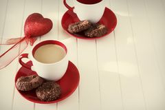 Biscuits de farine d'avoine de chocolat et tasse de thé de lait Jour de valentines c Photo stock
