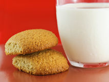Biscuits de farine d'avoine et cuvette de lait photos libres de droits