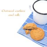 Biscuits de farine d'avoine et tasse d'émail de lait d'isolement Photo libre de droits