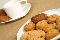 Biscuits de farine d'avoine et une tasse de café Photographie stock libre de droits